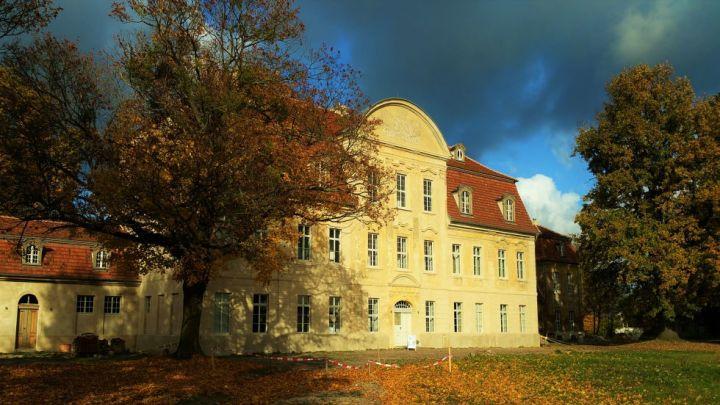 Blick auf das Schloss in Kummerow im Herbst